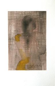 kvinna bakom gardin